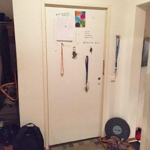 svart tavla målad dörr