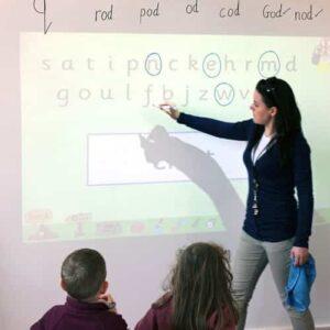 Läraren använder bakgrundsbilden för projektorns whiteboard för lektionen