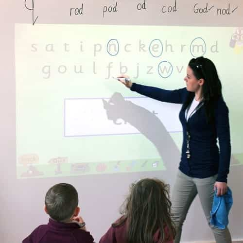 Läraren använder projektorns whiteboardtapet för lektionen