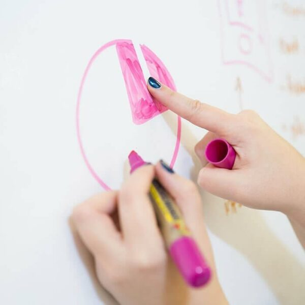 Whiteboard-pennan raderas från whiteboardtapet