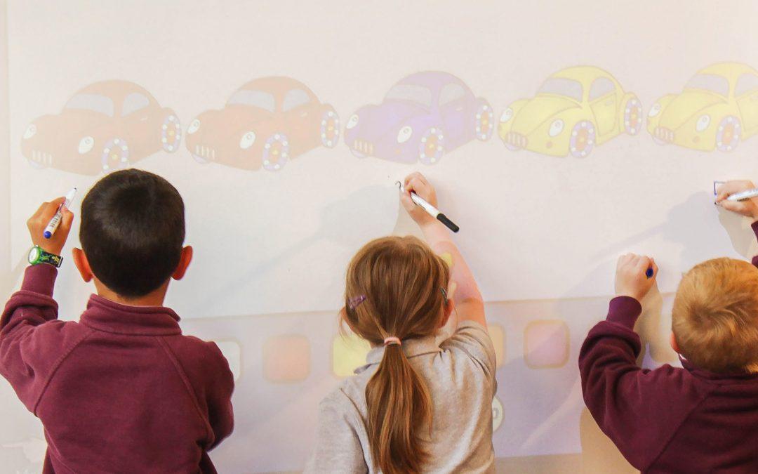 Barn drar på en reflekterad yta