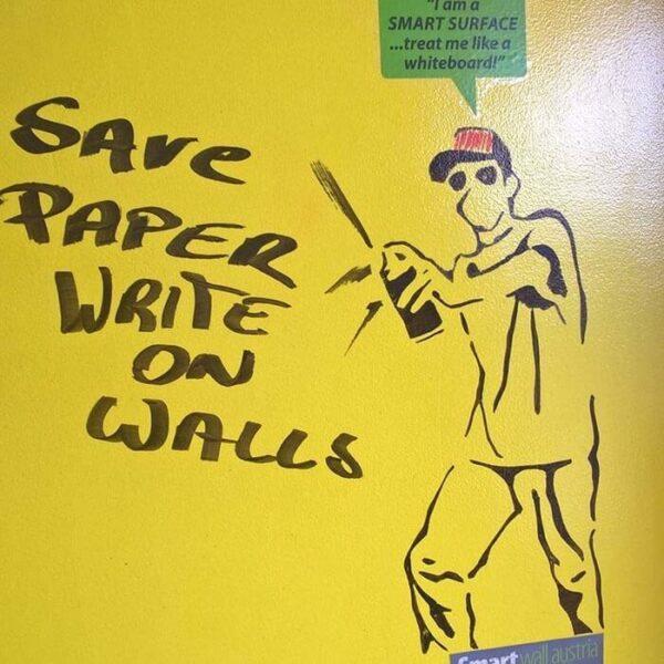 Transparent whiteboardfärg och gul vägg