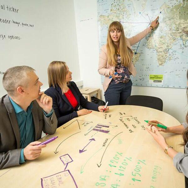 Genomskinlig whiteboardfärg på ett konferensrumsbord och världskarta