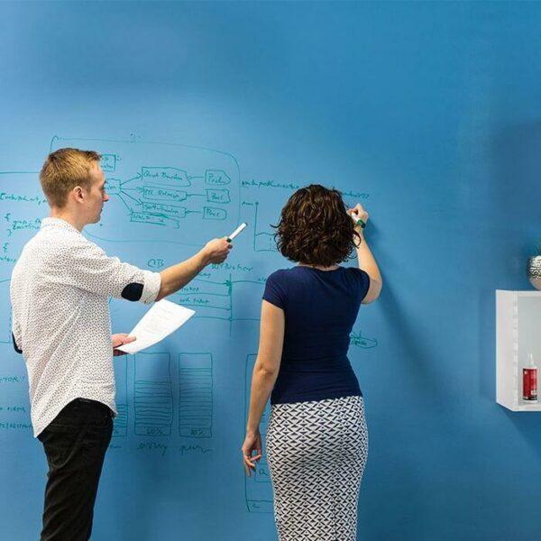 Transparent whiteboardfärg på en blå vägg