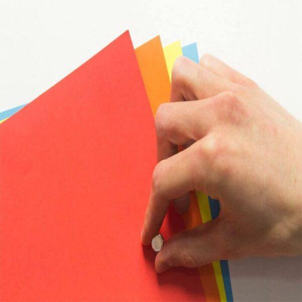 Magnetisk tapet och färgglada papper