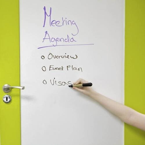 Vit whiteboardfilm på konferensrumsdörren